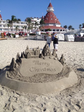 Hotel del Coronado: Sand sculpture facing Hotel del