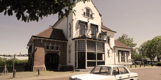 Het Spoorhuis is gevestigd in het voormalige, monumentaal, stationsgebouw van Uithoorn