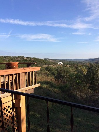 Mountain View Lodge: View of the Texas Hill Country from the balcony in the King Deluxe room.