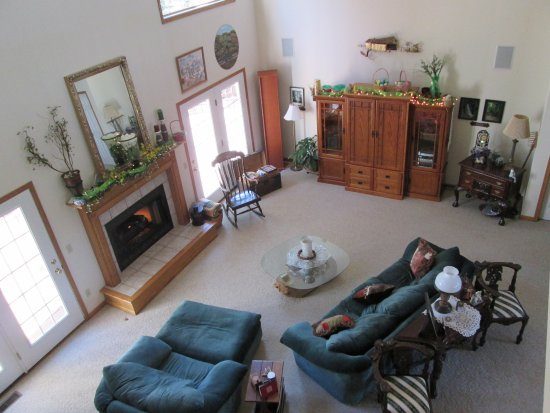 Seven Sisters Bed and Breakfast at McEwen Falls: Looking from the loft into the two-story great room.