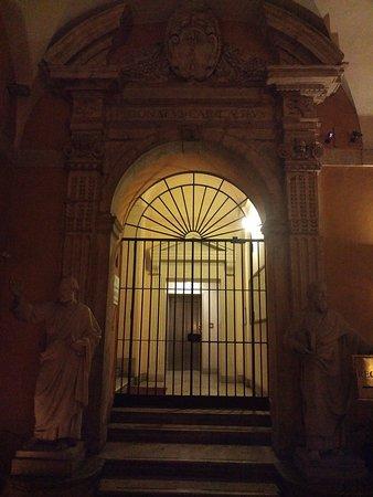 Palazzo Cardinal Cesi: Скульптуры святых встречают у входа