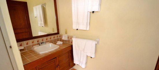 Bugambilia Blanca Vacation House and Condos: Level 3 second bedroom bathroom