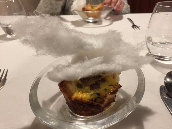 Valpuesta, Spain: Hojaldre con tarta de pera y espuma de natillas