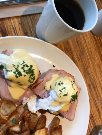 Arms Reach Bistro: Great breakfast, benny & coffee