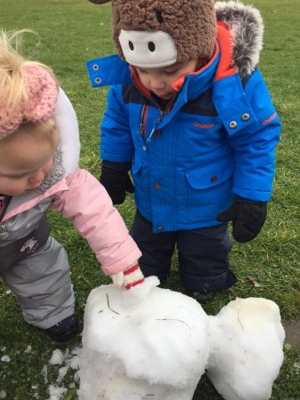 Μπάριε, Καναδάς: First snow of the season and we are building snowmen!