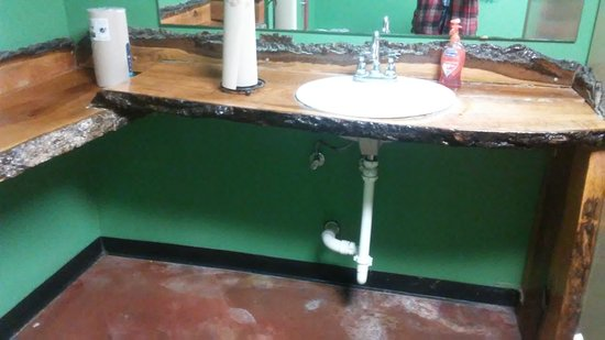 Danna's Barbeque & Burger Shop: Real cedar counter top in ladies room