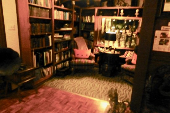 Idyllwild, Калифорния: Small library on main floor