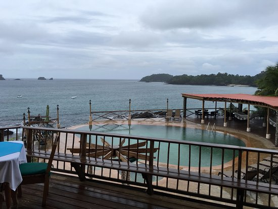 San Jose Island, Panamá: Look from restaurant into the pool and the ocean