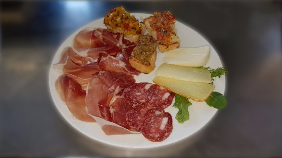 Montecalvo in Foglia, Italia: Antipasto con affettati, formaggi e crostini misti