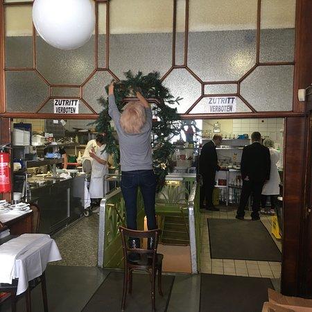 Cafe Prueckel : Kerstgroen wordt aangebracht in dit 50er jaren restaurant.