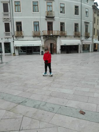 Valdagno, Ιταλία: La piazza di fronte al palazzo