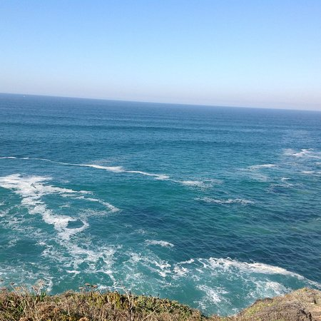 Azenhas do Mar, Portugal: Lindo lugar que merece uma noite no local. Mas se preferir ficar em Sintra é muito perto pra se