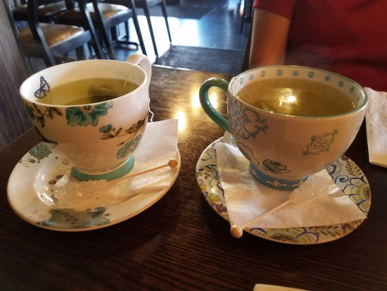Rockville Centre, نيويورك: Hot green tea is served up in these beautiful china cups with a swizzle rock sugar stick!
