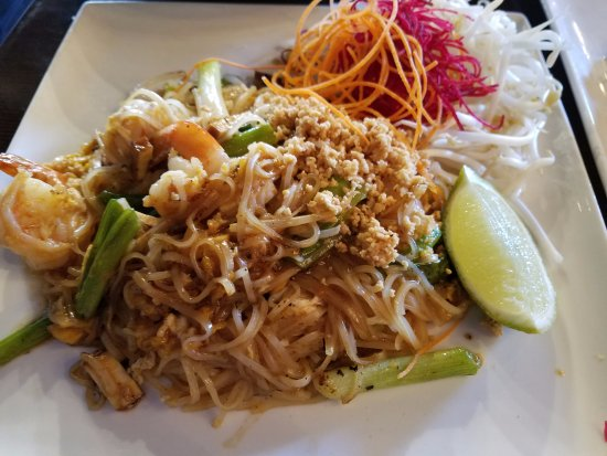 Rockville Centre, NY: Lunch special of shrimp pad thai...generous for the diner to enjoy!