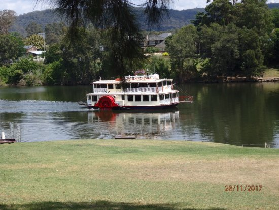 Penrith, Australia: Nepean Belle on the tranquil Nepean River.