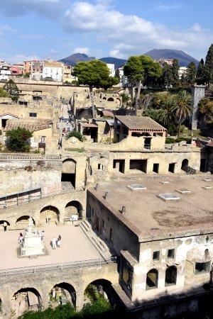 Ercolano, Italia: Ruinas en primer plano estatua de Nonio Balbo