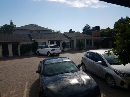 The Brentwood Inn: Parking Lot