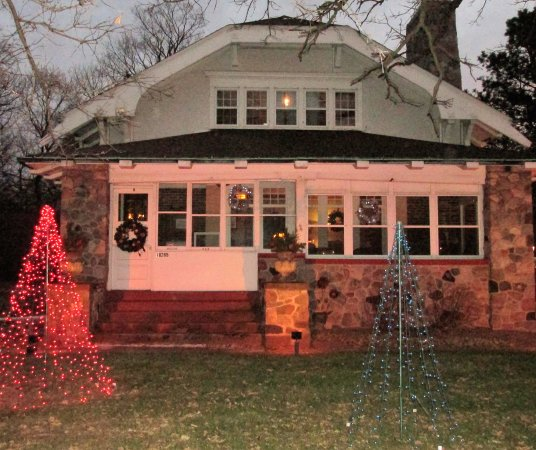 Hales Corners, Ουισκόνσιν: Front of B&B with Christmas decorations