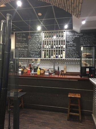 Mil catas: As delicias deste restaurantes estampadas no bar.