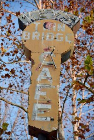 Eureka, MO: Keys Twin Bridge Cafe, Outside Bridgehead Inn Visitor's Center Exit 266