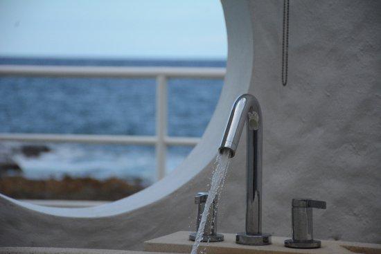 The Trident Hotel: outdoor bathtub