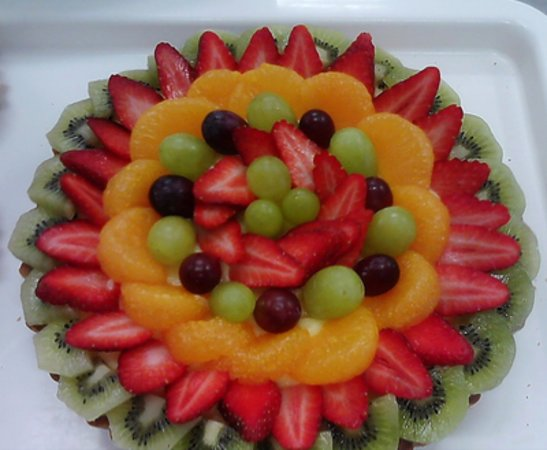 Lindisfarne, Australia: This is a fruit flan with a lovely smooth custard and topped with slices of various fruits.