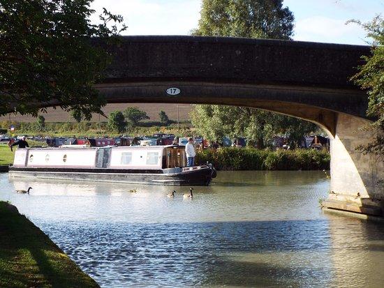 Southam, UK: Passaggio sotto il ponticello di una longboat