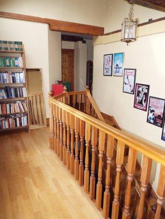 Southam, UK: Ambiente di collegamento tra le camere, con libri a go-go