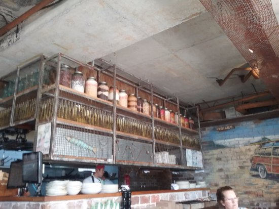 Maroubra, Australia: Shelves above counter beside kitchen.