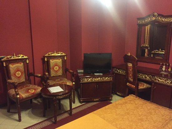 ديناستي هوتل: chairs and tv in bedroom