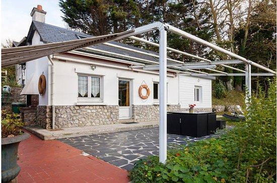 Villerville, Frankrike: Extérieur, court et table de jardin, cottage Le Pêcheur