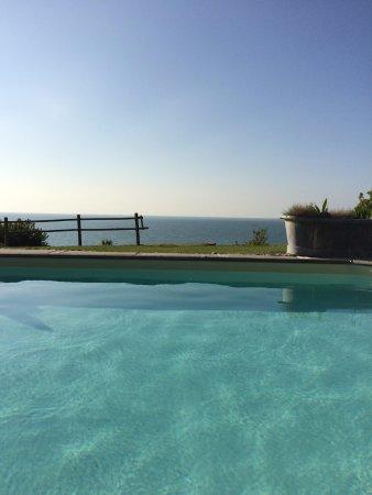 Villerville, Prancis: Au bord de la piscine, et vue sur mer, domaine Les Chambres d'Annie