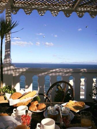 La Tangerina: Desayunando en la Terraza de la azotea frente a la costa de Tarifa y del Estrecho.