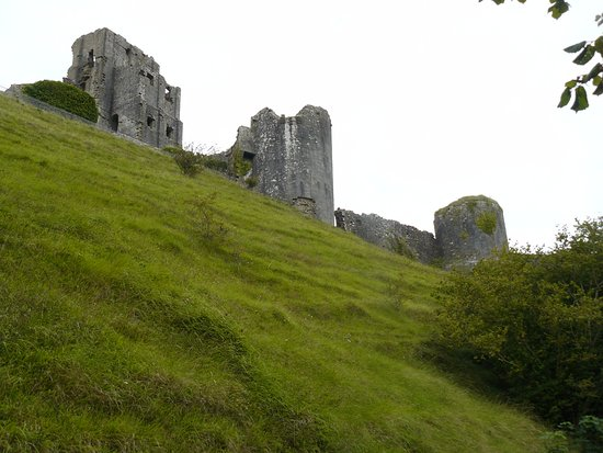 Corfe Castle, UK: View up towards Inner ward from North side showing it's dominance.