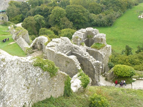 Corfe Castle, UK: Gatehouse to Middle Ward from near to Great Tower.