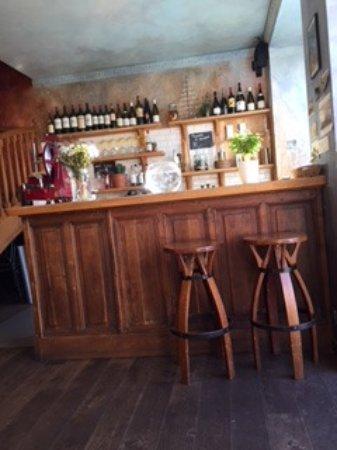 Saint-Gildas-de-Rhuys, France: invitation à s'attabler au café de la place à Saint-Gildas