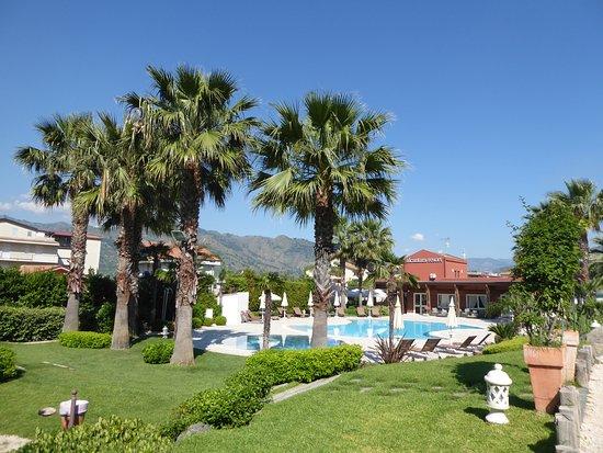 Gaggi, İtalya: Gartenanlage mit Schwimmbad