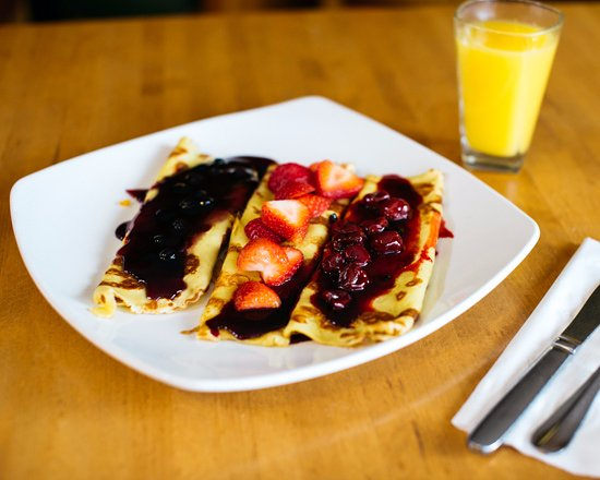 Apple Villa: neopolitan crepes - chef prepared crepes with cherry kijafa, blueberry compote and fresh strawbe