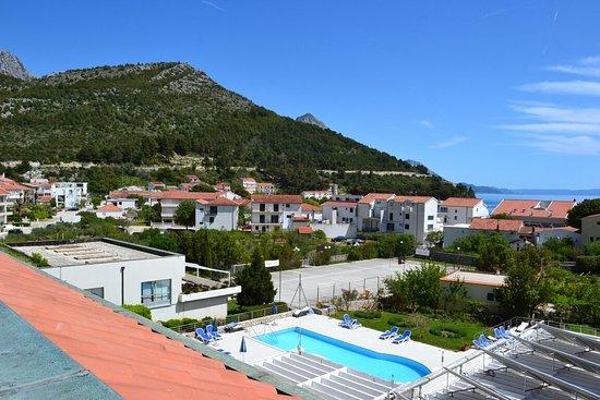 Drvenik, Croatia: Regard du balcon et du vieux village sur les hauteurs du massif du Biokovo