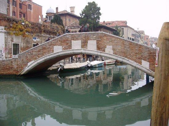 Hotel Al Sole: Il ponte sul canale davanti all'albergo.