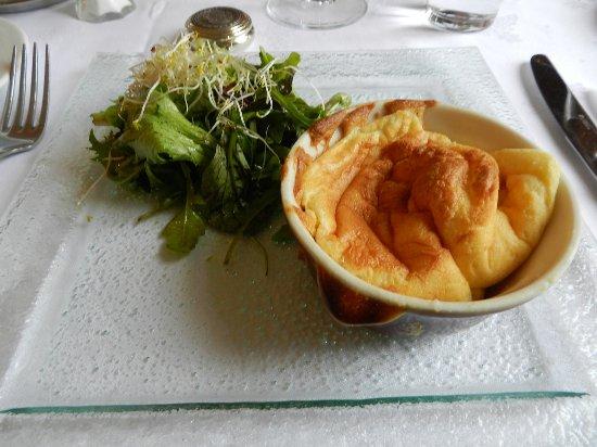 Congis-sur-Therouanne, France: Soufflé au comté,salade mélangée