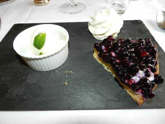 Congis-sur-Therouanne, France: Tarte aux myrtilles,chantilly,glace grande chartreuse