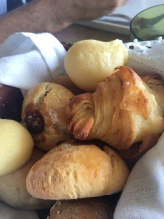 Kenoa - Exclusive Beach Spa & Resort: Cestinha de pães do café da manhã