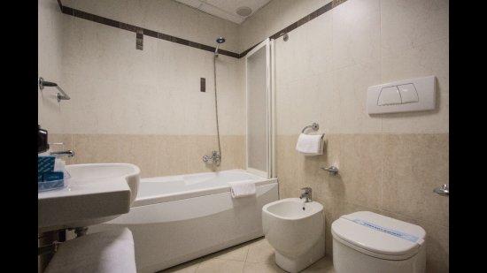 Camera Con Vasca Idromassaggio Per Due : Bagno camera family con vasca idromassaggio foto di hotel due mari