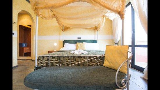 Camere Con Letto A Baldacchino : Romantic suite con letto a baldacchino foto di hotel due mari
