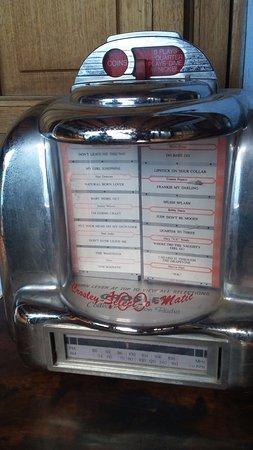 Posada San Sebastian: Old fashioned table top juke box