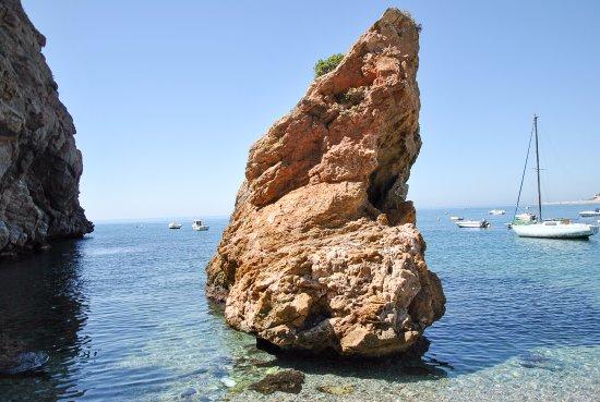 Calahonda, Spania: aguas hermosas y transparentes , único inconveniente, las piedras