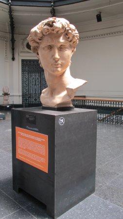 Museo Nacional de Bellas Artes: 國立美術館一樓大廳