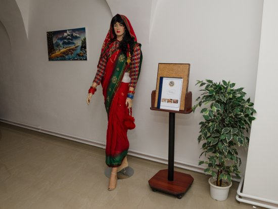 Jihlava, Česká republika: U vchodu Vás uvítá nepálská žena.