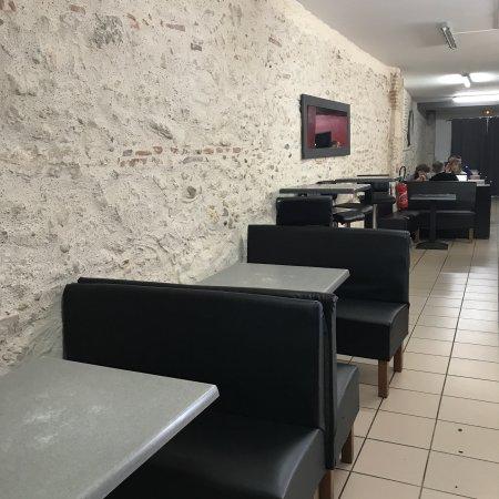 Agen, France: Photo de la devanture et de la salle de restauration très agréable